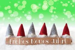 Gnomen, grünes Bokeh, Sterne, Frohes Neues bedeutet guten Rutsch ins Neue Jahr Stockbild