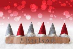 Gnomen, roter Hintergrund, Bokeh, Adventszeit bedeutet Advent Season Lizenzfreies Stockfoto