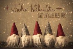 Gnomen, Schneeflocken, Kalligraphie Frohe Weihnachten bedeutet frohe Weihnachten Lizenzfreies Stockbild