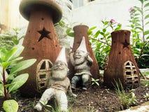 Gnomer och deras hus Arkivfoto