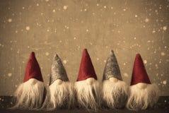 Gnomer, Retro vägg med kopieringsutrymme och snöflingor Royaltyfri Fotografi