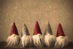 Gnomer Retro vägg med kopieringsutrymme, snöflingor Arkivbild
