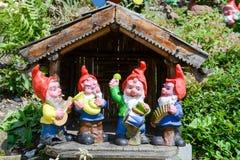 Gnomes de jardin dans un jardin d'une maison à Engelberg Photos stock