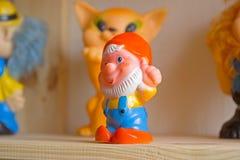 Gnomes de jouet sur l'étagère Image stock
