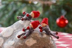Gnomes de Noël jouant sur une pierre Photo stock