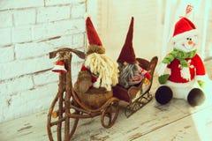 Gnomes faisant du vélo et sledding le bonhomme de neige Images libres de droits