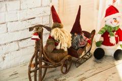 Gnomes faisant du vélo et sledding le bonhomme de neige Image stock