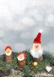 Gnomes Handcrafted sur une écorce d'arbre et une verdure Image libre de droits