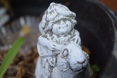 Gnomflicka med bladhatten som rider en kanin Arkivbild