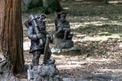 Gnomi del giardino scolpiti da legno per il giardino Fotografia Stock Libera da Diritti