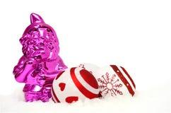 Gnomo cor-de-rosa e quinquilharias na neve imagens de stock