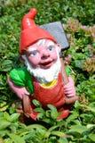 Gnomo del jardín en un jardín de una casa en Engelberg Imágenes de archivo libres de regalías