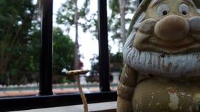 Gnomo do jardim e schroom do cogumelo dos guardiães do jardim do guerreiro do amigo Imagens de Stock
