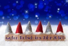 Gnomos, Bokeh azul, estrelas, ano novo dos meios de Guten Rutsch 2018 Imagens de Stock Royalty Free