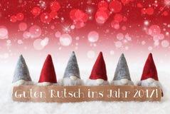 Gnomos, Bokeh rojo, estrellas, Año Nuevo de los medios de Guten Rutsch 2017 Fotos de archivo libres de regalías