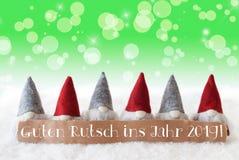 Gnomos, Bokeh verde, estrelas, ano novo dos meios de Guten Rutsch 2019 foto de stock
