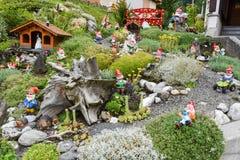 Gnomos del jardín en un jardín de una casa en Engelberg Imagen de archivo libre de regalías