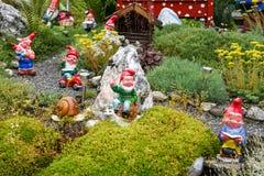 Gnomos del jardín en un jardín de una casa en Engelberg Imagen de archivo
