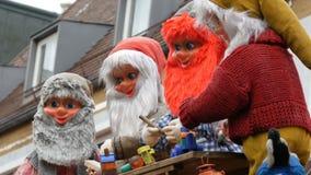 Gnomos divertidos de mudanza de las muñecas en el tejado del quiosco del mercado de la Navidad de los niños en Europa almacen de video