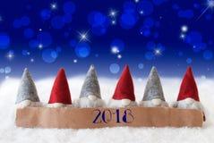 Gnomos, fundo azul, Bokeh, estrelas, texto 2018 Fotografia de Stock