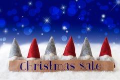 Gnomos, fundo azul, Bokeh, estrelas, venda do Natal do texto Fotografia de Stock Royalty Free