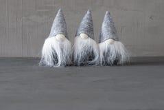 Gnomos mágicos, Gray Cement Wall, cópia Spaace Foto de Stock Royalty Free
