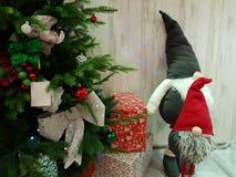 Gnomos perto da árvore de Natal foto de stock royalty free