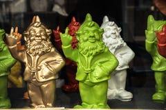 Gnomos que muestran el dedo medio en la ventana de tienda en Brujas, Bélgica Imágenes de archivo libres de regalías