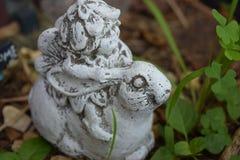 Gnoommeisje met bladhoed die een konijntjes zijaanzicht berijden stock fotografie