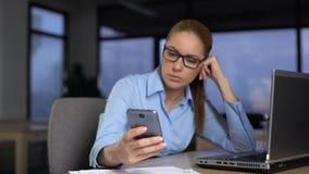 Gnuśna kobieta używa telefon zamiast robić pracie na komputerze, unproductivity pojęcie zbiory wideo