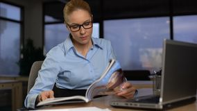 Gnuśnej sekretarki czytelniczy magazyn w biurze, marnowanie czas i wystrzeganie, pracujemy zdjęcie wideo