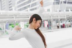 Gnuśny młody azjatykci dziewczyny ręki rozciąganie relaksuje zmęczenie dzień roboczego zdjęcia stock