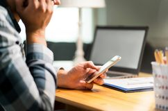 Gnuśny pracownik używa telefon w biurowej wystrzeganie pracie obraz royalty free