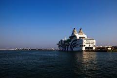 GNV在口岸靠码头的载汽车轮船 免版税库存图片