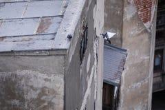 Gołębie na ośniedziałym dachu zamieszkany ale zaniedbany budynek zdjęcia stock