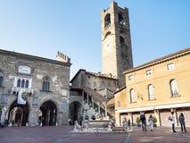 Goście na piazza Vecchia kwadracie w Bergamo fotografia royalty free