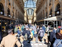 Goście wchodzić do Galleria Vittorio Emanuele II zdjęcia royalty free