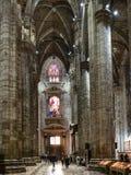 Goście zbliżają wejście wśrodku Mediolańskiej katedry zdjęcia stock