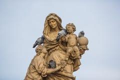 Gołąbki na antycznej rzeźbie Zdjęcie Stock