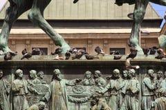 Gołąbki na książe Mihailo zabytku w Belgrade zdjęcie stock