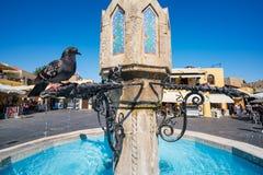 Gołębi obsiadanie na fontannie w Hippocrates kwadracie w starym miasteczku zdjęcia stock