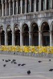 Gołębie i krzesła na St. Mark Kwadracie Zdjęcia Stock