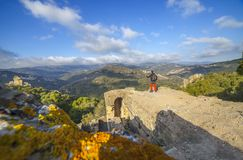 Gość cieszy się prześwietnego krajobraz od Jimena de losu angeles Frontera kasztelu ruin obrazy stock