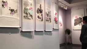 Gość podziwia o tradycyjni chińskie obrazie zbiory