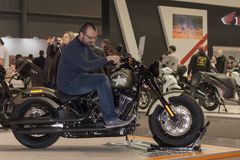 Gość próbuje siedzieć na motocyklach Harley Davidson Softail Sl Obraz Royalty Free