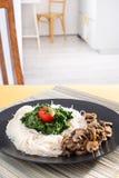 Gość restauracji - makaron z pieczarkami i szpinakiem Fotografia Stock