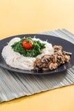 Gość restauracji - makaron z pieczarkami i szpinakiem Fotografia Royalty Free