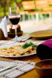 gość restauracji smażący kartoflany wino Obrazy Royalty Free
