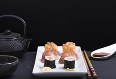 Gość restauracji z suszi i soj kumberlandem z czarnym tłem Zdjęcia Royalty Free