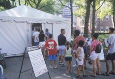 Gościa kupienia bilety wchodzić do niezależność Krajowego Dziejowego parka, PA Zdjęcie Royalty Free